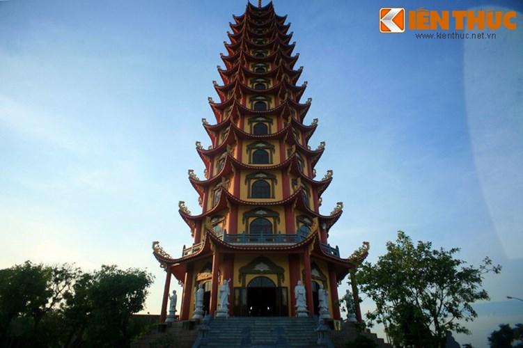 Bảo tháp có chiều cao 61m, gồm 13 tầng lầu và 1 tầng hầm, diện tích mặt sàn là 2.100 m2.