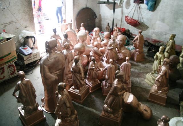 """Những bức tượng đồng """"Hưng Đạo Đại Vương"""" trong một khu xưởng"""