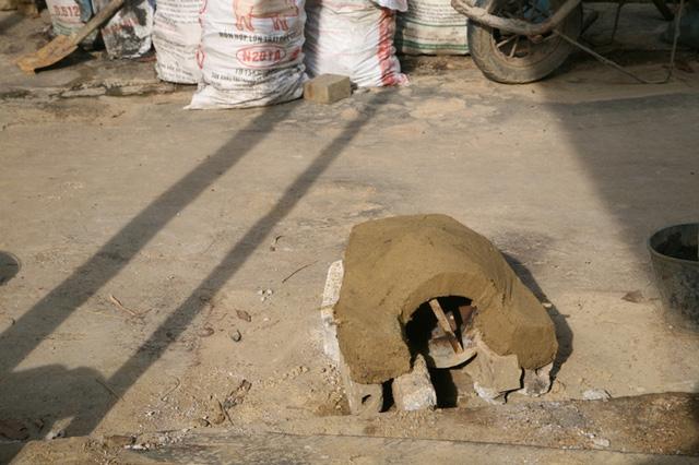 Sau khi trộn đất các nghệ nhân sẽ tạo khuôn