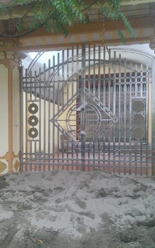 Một trong những ngôi nhà của Đặng Thị Huyền đã bị niêm phong.