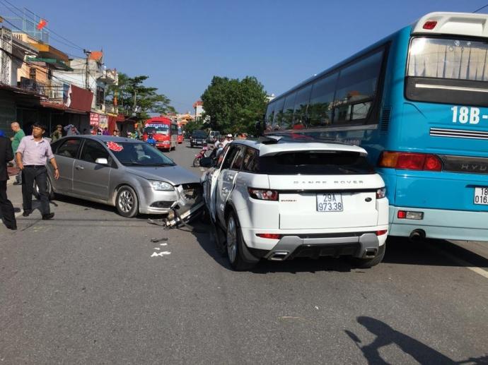Hiện trường vụ tai nạn liên hoàn xảy ra trên QL21 đoạn qua địa phận huyện Hải Hậu, tỉnh Nam Định