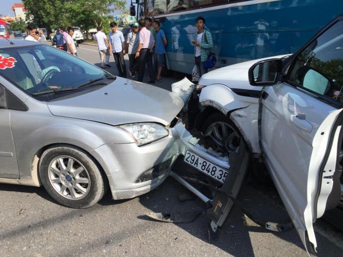 Cú va chạm mạnh khiến 2 chiếc xe ô tô con bị hư hỏng nặng phần đầu, 1 người bị thương nặng