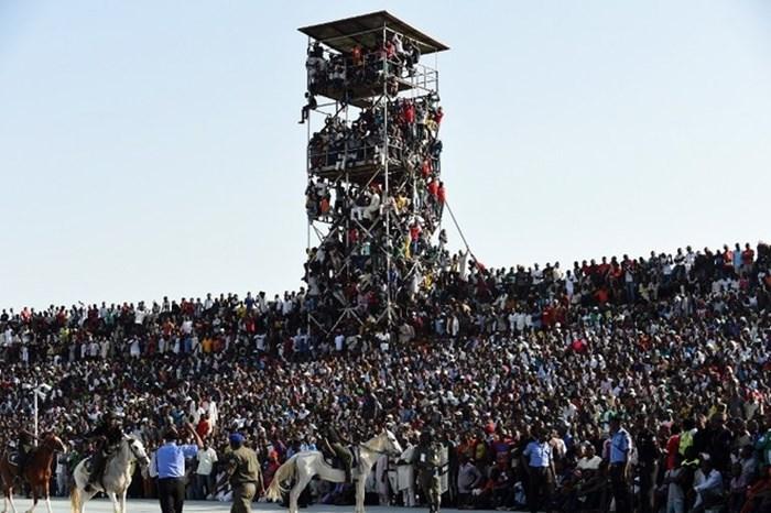 Trận đấu giữa Nigeria và Ai Cập ở vòng loại CAN 2017 đã chứng kiến cảnh tượng kinh hoàng khi 40.000 cổ động viên cố gắng chen vào sân vận động với sức chứa chỉ 16.000 khán giả.