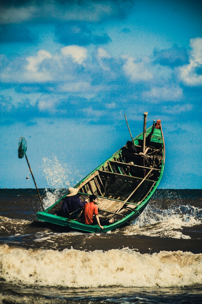 Ra biển từ lúc sáng sớm với những chiếc mủng (thuyền) là cuộc sống bình dị, nghèo khó của nhiều hộ dân quanh vùng.