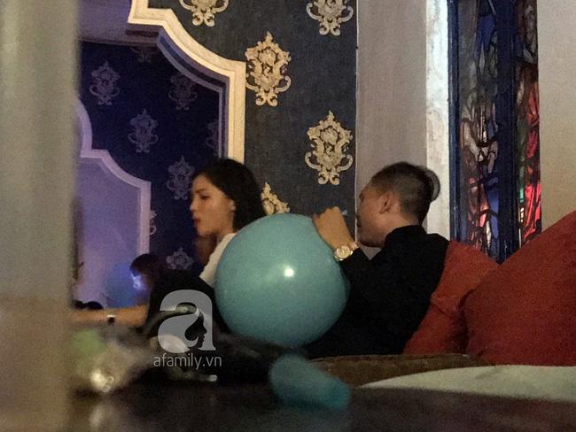 Khuya qua (25/12), Hoa hậu Kỳ Duyên và bạn trai bị bắt gặp cùng nhau đi uống nước tại TP.HCM.
