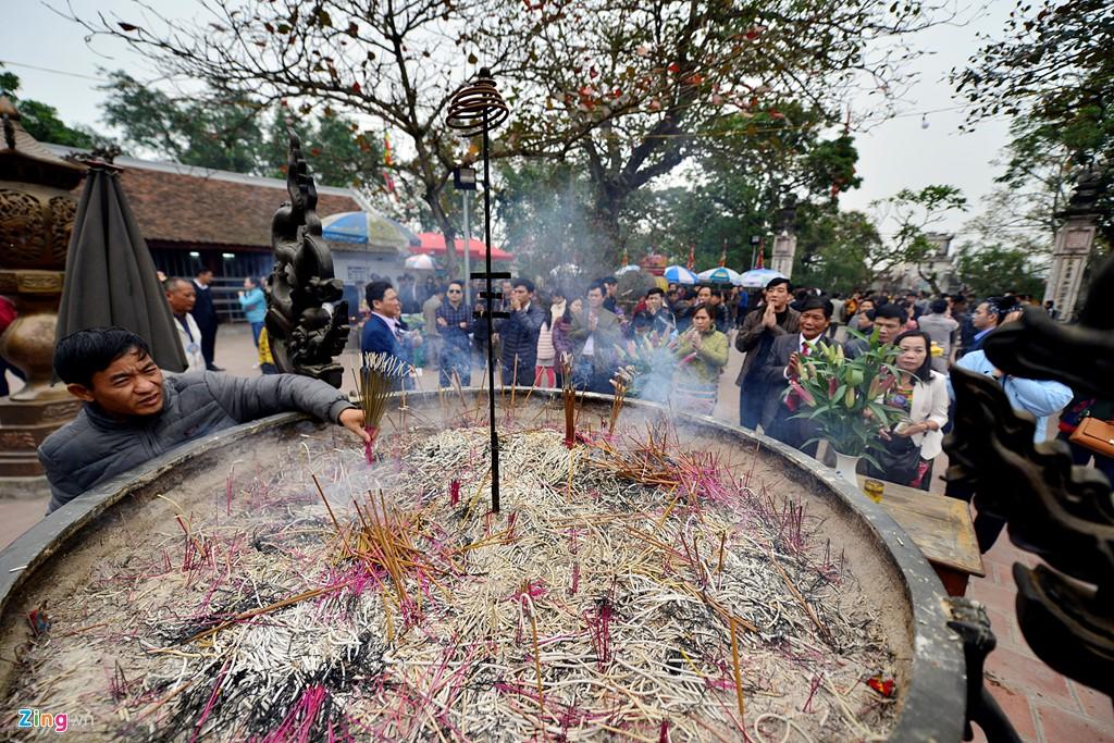 Người thủ nhang của lễ hội thường xuyên phải rút chân hương ra ngoài.