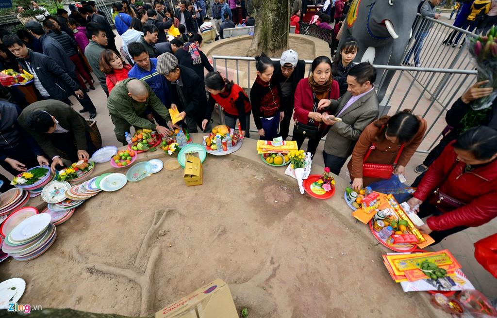 Khu vực sắp lễ đông đúc chiều 10/2. Thông thường, nơi đây luôn nhộn nhịp vào dịp đầu năm mới, đặc biệt là trước thời điểm ban tổ chức làm lễ phát ấn.