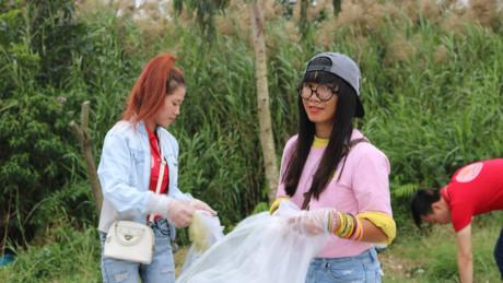 Bùi Thị Thủy (áo hồng) trong hành trình nhặt rác của mình và những người bạn