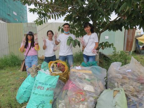 Thủy và nhóm nhặt rác Hoa kim cương tại tỉnh Cà Mau