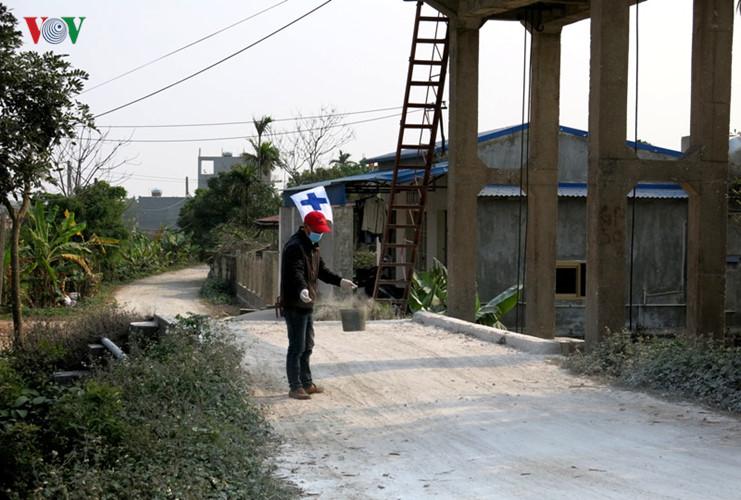 Đường vào thôn 7, xã Trực Thuận được rắc vôi trắng.