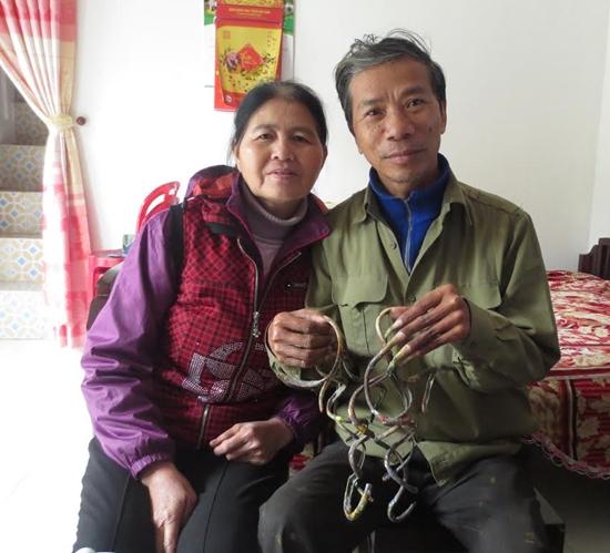 Ông Lưu Công Huyền vơi bộ móng tay 35 năm không cắt và người vợ kiên trì đút thức ăn cho chồng