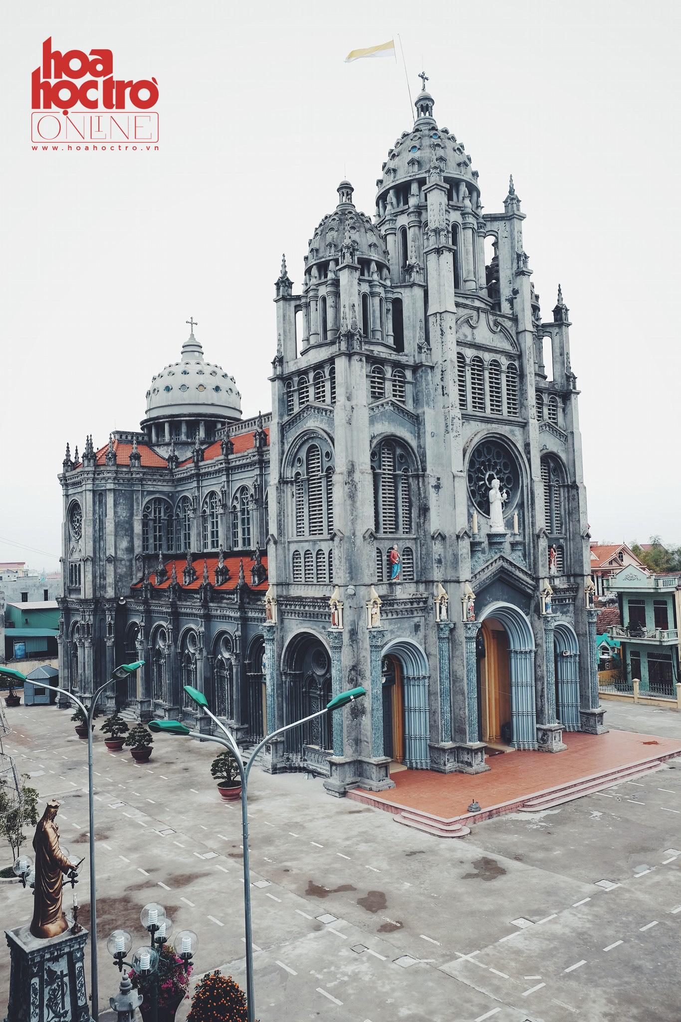Nhìn từ xa, nhà thờ nổi bần bật với kiến trúc cầu kỳ và đồ sộ.