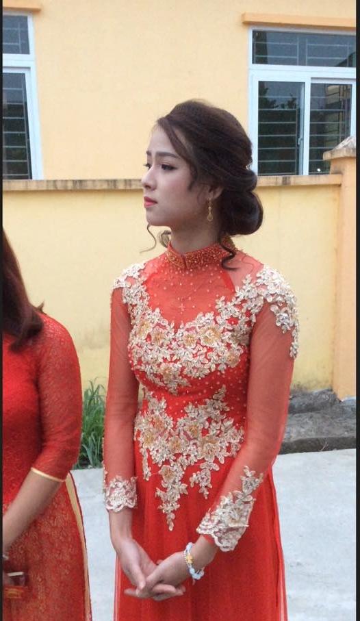 Trong bộ áo dài đỏ, nàng dâu mới vừa dịu dàng lại duyên dáng.