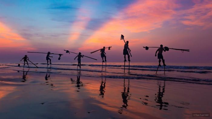 ...họ thường ra biển vào trước lúc bình minh và trở về khi mặt trời đã lên - Ảnh: Tran Tuan Viet