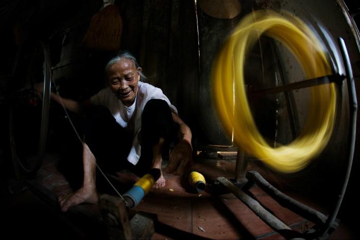 Nụ cười ấm áp bên thành quả lao động của người dân làng tơ Cổ Chất - Ảnh: Huy Ngo