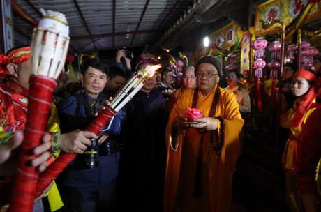 Thủ nhang đồng đền, phủ rước lửa thiêng và truyền cho hơn 1.000 ngọn đuốc.