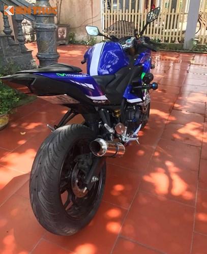 """Cùng với dàn vỏ dán tem phong cách xe đua MotoGP Yamaha M1 của đội Movistar và bộ ốc Proti, chiếc Yamaha R3 đã có kiểu dáng """"ngầu"""" và ấn tượng không thua kém các dòng superbike lớn hơn."""