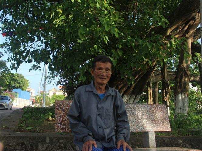 Vào những buổi trưa hè, các cụ cao niên trong làng thường ra ngồi dưới gốc cây hóng mát
