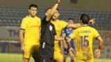 HLV CLB Nam Định than phiền về trọng tài FIFA