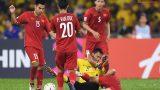 Đội trưởng Malaysia giơ cao cánh tay định đánh cùi chỏ vào mặt đội trưởng ĐT Việt Nam