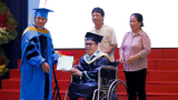 Tân Kỹ sư ngành Máy tính quê Nam Định nhận bằɴɢ tốt nghiệp trên xe lăn