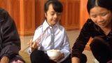 Nam Định: Nghị lực phi thường của cô bé bị chứng não mềm, mang nhiều bệnh 'lạ'