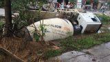 Nam Định: Va chạm, xe trộn bê tông 'nằm ngửa' dưới mương nước