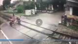 Video: Khoảnh khắc nữ sinh băng qua barie khi đoàn tàu rầm rập lao tới