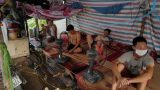 Cuộc sống ngày giãn cách của những phụ hồ Nam Định…: Quanh quẩn trong lán trại 20m2, không dám ra ngoài sợ bị phạt