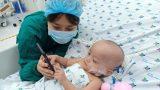 Ảnh: Hai chị em Trúc Nhi – Diệu Nhi tươi cười xem điện thoại, cầm bình sữa uống hết sau 18 ngày phẫu thuật