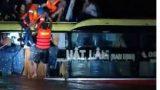 Một xe khách chạy tuyến Đà Nẵng – Nam Định chở 20 người bị lũ cuốn