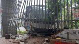 Nam Định: Xe tải mất lái đâm vào hiệu thuốc bên đường