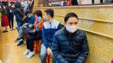 Ngày vía Thần Tài: Người dân đeo khẩu trang săn lộc, doanh nghiệp lắp vách ngăn vỉa hè cho khách mua vàng
