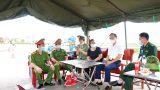Nam Định : Lãnh đạo huyện cùng nhà hảo tâm thăm, tặng quà các chốt kiểm soát phòng, chống dịch trên địa bàn huyện.
