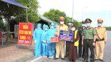Nam Định : Sư thầy Thích Đàm Tâm tặng quà các chốt kiểm dịch