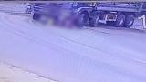 """Clip: Người phụ nữ dắt xe đạp chở cháu bé qua đúng """"điểm mù"""" xe tải, bị bánh xe cán trúng thương tâm"""