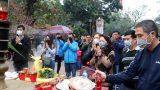 Du khách đeo khẩu trang khi đến đền Trần (Nam Định) đầu năm mới