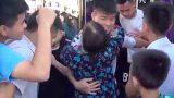 Fan nữ lớn tuổi lao vào ôm chầm lấy Quang Hải, Duy Mạnh ngay trên sân Thiên Trường