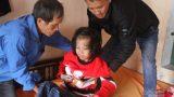 Mắc căn bệnh lạ, bé gái quê (Nam Định) bị liệt cả hai chân, tương lai mịt mù