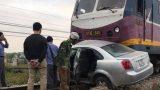 """Cố tình """"vượt"""" tàu hỏa, tài xế ô tô phải bỏ xe nhảy ra ngoài thoát thân"""