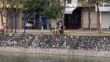 Đang thân mật bên hồ thì bị công an bắt, cặp đôi ở tâm dịch có ngay 'nụ hôn bạc triệu' giữa mùa dịch
