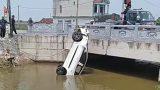 Clip: 2 ô tô va chạm với nhau tại ngã tư 'tů thần' ở Nam Định, 1 xe lao xuống sông