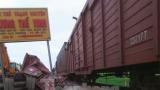 Nam Định : Lái xe ngủ gật, container lao lên đường ray bị tàu hoả đâm biến dạng
