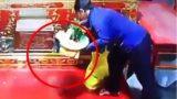 Công an Nam Định truy tìm người phụ nữ trộm túi xách ở hội Phủ Dầy